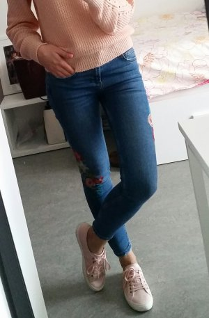 Zara Jeans mit Blumenstrickerei