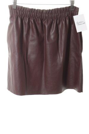 Zara Knit Falda de cuero burdeos look casual