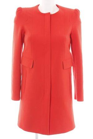 Zara Woman Abrigo corto rojo look casual