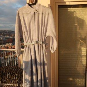 zart graublaues Kleid mit wollweißem Streifenmuster