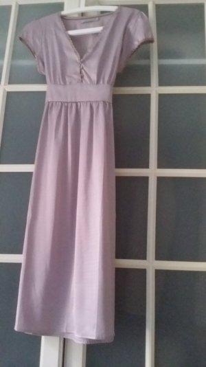 zart rosa farbenes Kurzarmkleid