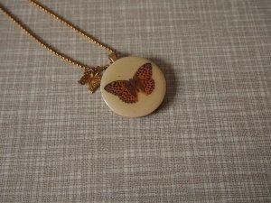 zarte goldene Kette mit Anhänger aus Holz mit Schmetterling-Charm