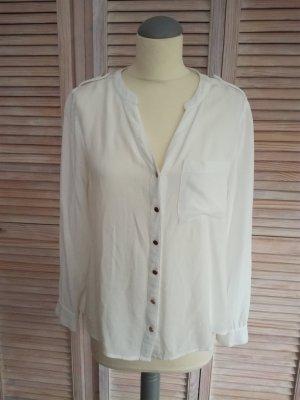 Zarte weiße Bluse mit Goldknöpfen