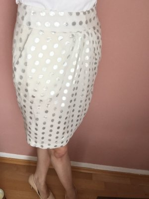 Zarter Sommerrock aus luftigem weißen Stoff mit Silberakzenten