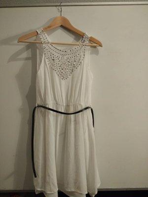 Zartes weißes Kleidchen mit Applikationen