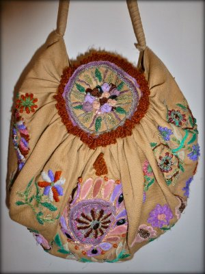 Zauberhafte, bestickte Beuteltasche von Antik Batik