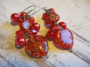 zauberhafte Ohrhänger mit einem Herz aus Glas und vielen kleinen Perlen in Rottönen