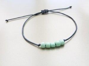 zauberhaftes graues  Makrameearmband mit mintfarbenen  Perlen