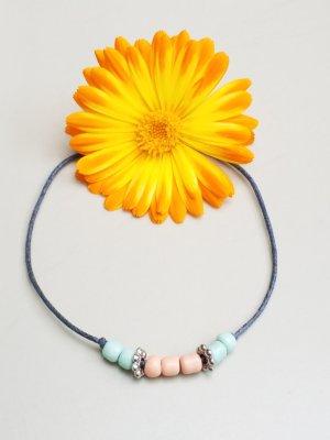 zauberhaftes graues  Makrameearmband mit pastellfarbenen Perlen