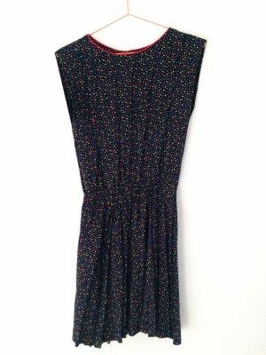 Zauberhaftes Kleid mit Herzen-Print von New Look | tailliert . Gr.38