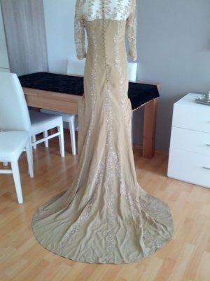 zauberhaftes Kleid mit Schleppe