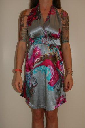Zauberhaftes tailliertes Kleidchen
