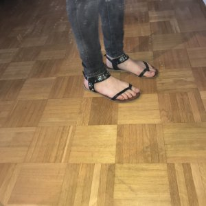 Zehentrenner Sandalen mit Nieten