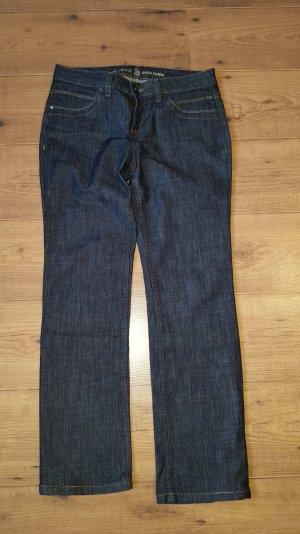 zeitlose dunkle Jeans