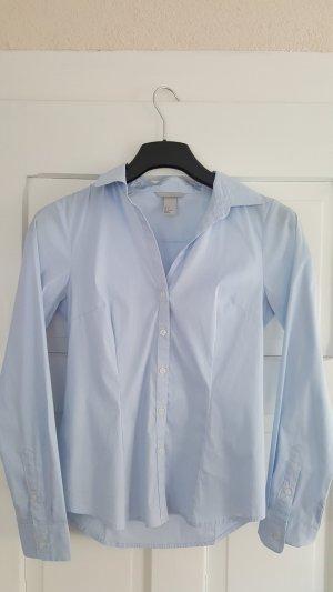Zeitlose hellblaue Hemdbluse von H&M