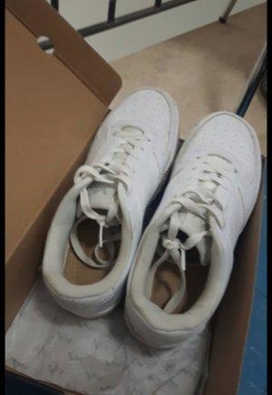 zeitloser weisser Sneaker