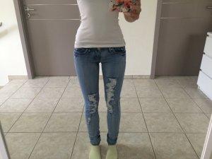 zerrissene hellblaue Jeans