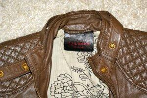Zu jedem Outfit: ZEITLOSE OAKWOOD LEDERJACKE IN BRAUN/GOLD