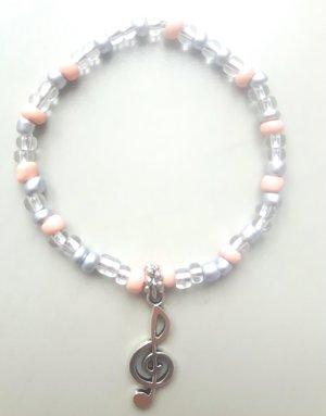 zuckersüßes Armband mit pastellfarbenen Perlen und Notenschlüssel