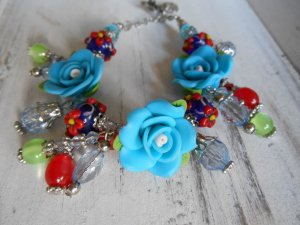 zuckersüßes Bettelarmband blau- & rottöne 3D Rosen und viele Glasperlen