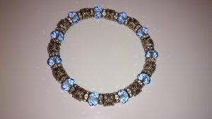 Zugarmband mit hellblauen Steinen und  Metallelementen