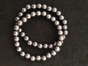 Zwei Armbänder mit Perlen