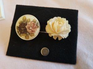 Zwei Magnetbroschen mit Blumenmotiv