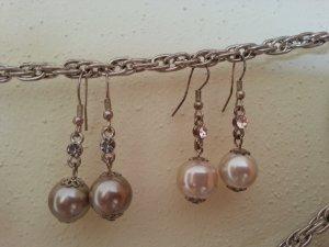 Zwei Paar Perlenohrringe