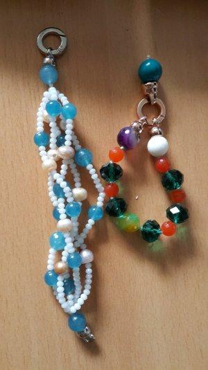 Zwei Perlenarmbänder