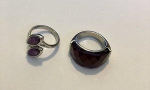 Zwei Ringe mit farbigen Steinen
