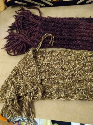 zwei Schal grau und lila