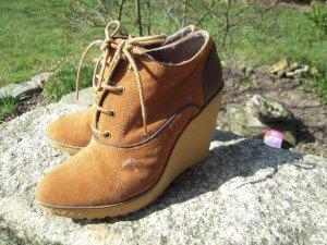Zweifarbige Schuhe mit Keilabsatz