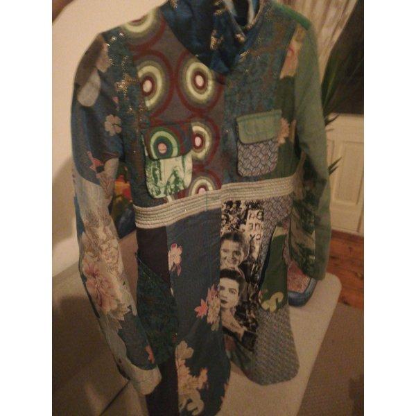 Bildschöner, vordergründig grün-blauer Desigual Mantel mit Rose