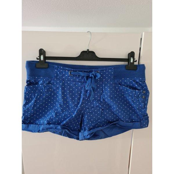 blaue Shorts mit Pünktchen