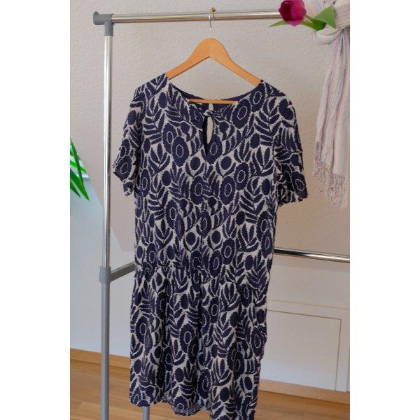 blaues Kleid gemustert