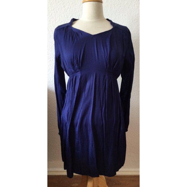 Blaues Kleid mit langen Ärmeln