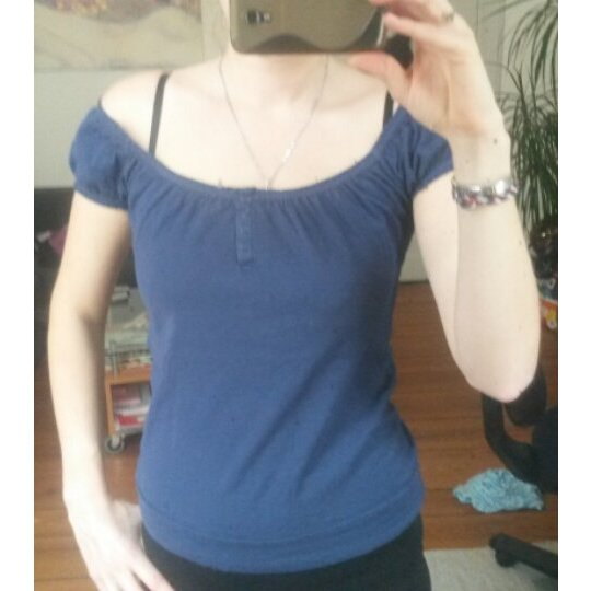 Blaues Shirt mit gerafften Ausschnitt