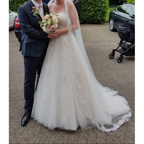 Brautkleid mit Spitze von Pronovias // White One