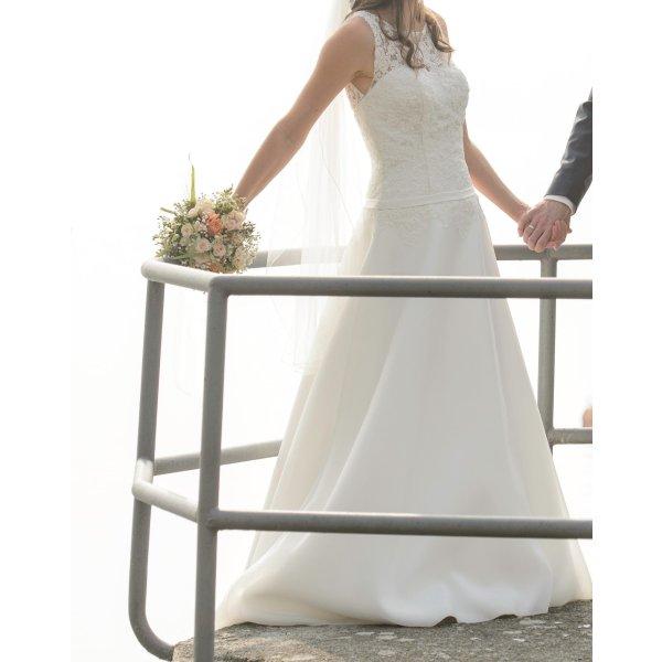 Brautkleid schlicht mit wunderschöner, aufgestickter Spitze und Schleppe