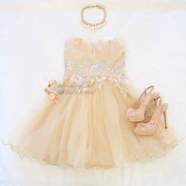 Champagnerfarbenes Brautkleid mit 3D Musterung und feiner Tüllspitze