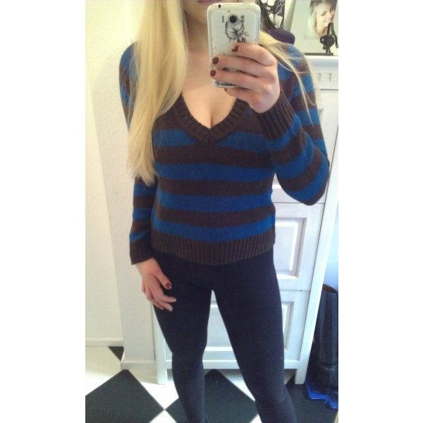 dunkelbraun, blau gestreifter Pullover mit V-Ausschnitt