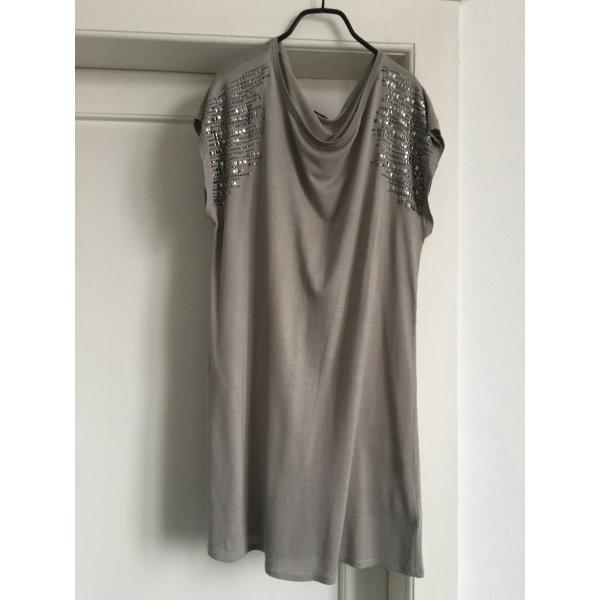 Ein graues Kleid von Liu.Jeans
