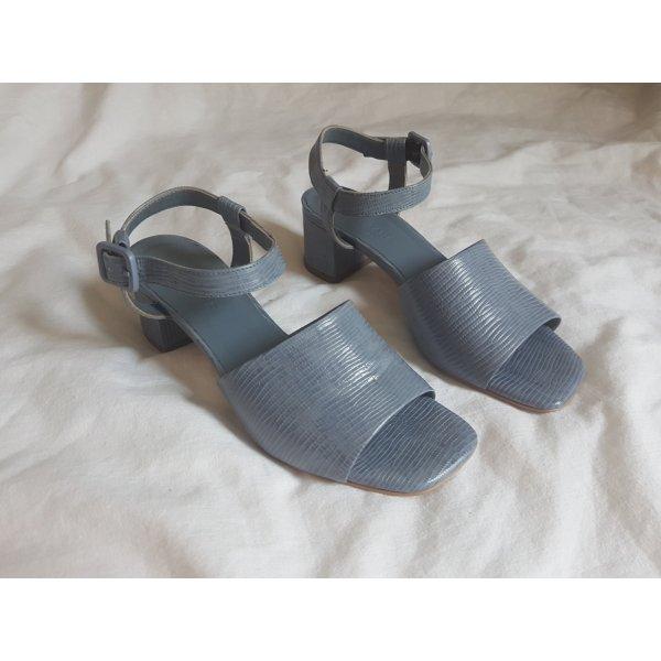 everlane hell blaue sandalen