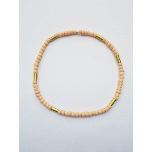 filigranes Armband mit Nudefarbenen und golfarbenen Perlen