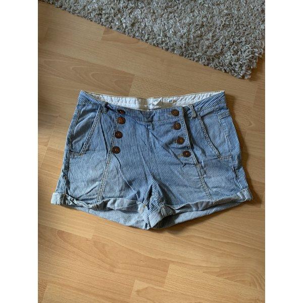 Gestreifte Shorts mit Knöpfen