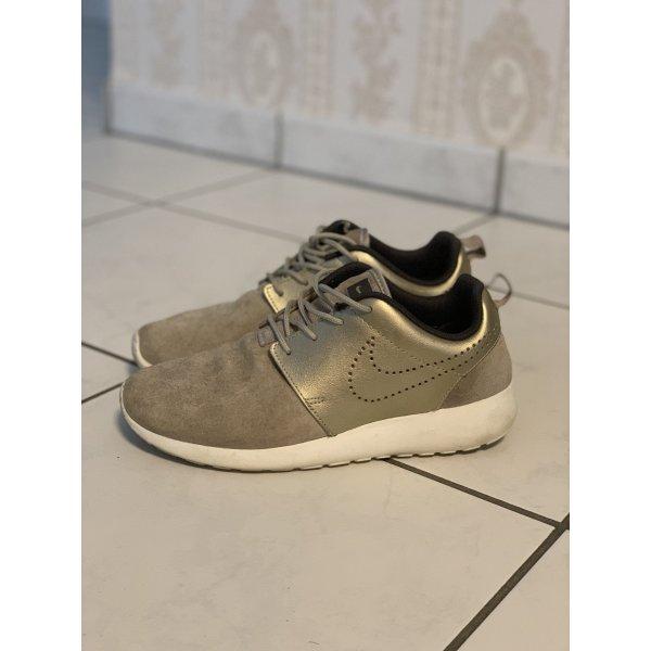 Goldene Nike Schuhe