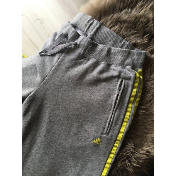 graue Adidas Trainingshose mit neongelben Streifen
