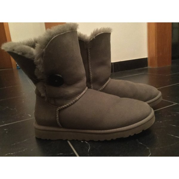 Graue UGG Boots Bailey Button, Größe 7/ EU 38