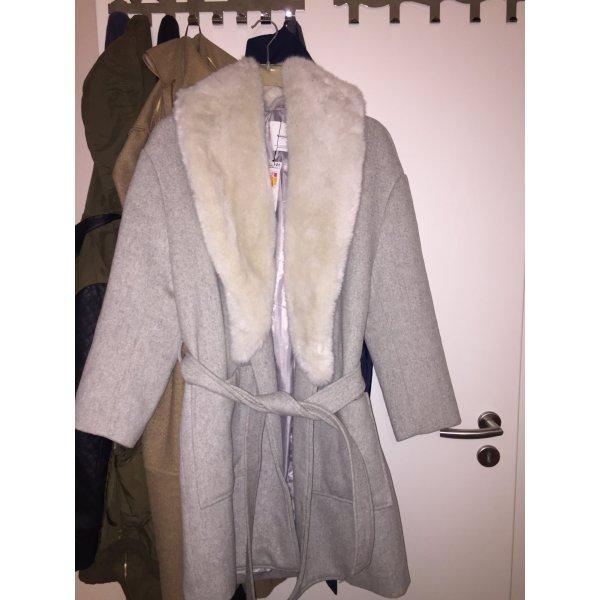 Grauer Mantel mit Fellkragen