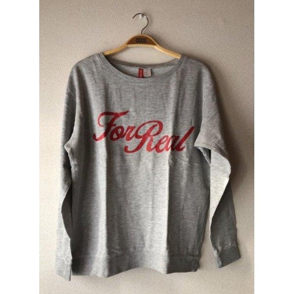 Grauer Pullover mit Schriftzug